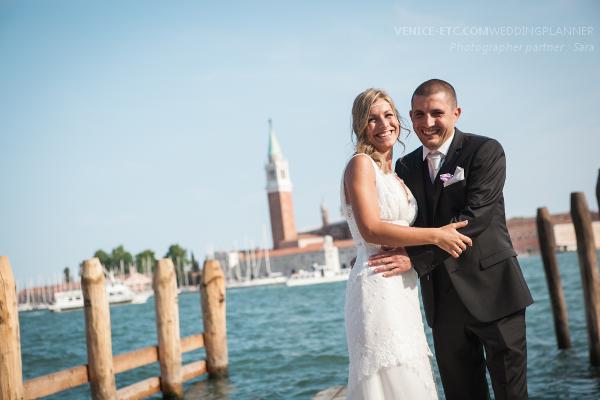 Photo d'un couple dans un maPhoto d'un couple au moment de l'organisation mariage à Venise.