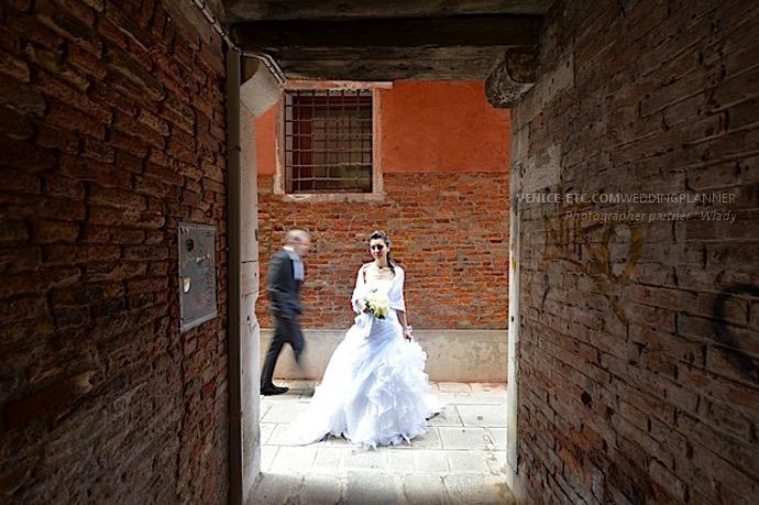 Photo dans une petite rue à Venise