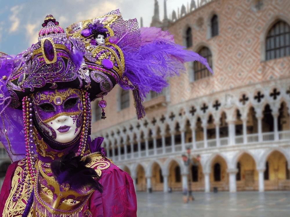 Photo de femme déguisée dans le Carnaval de Venise 2020.