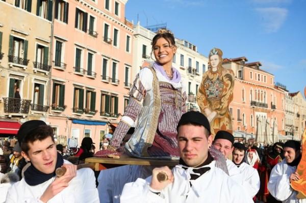 Fête des mariés à Venise.