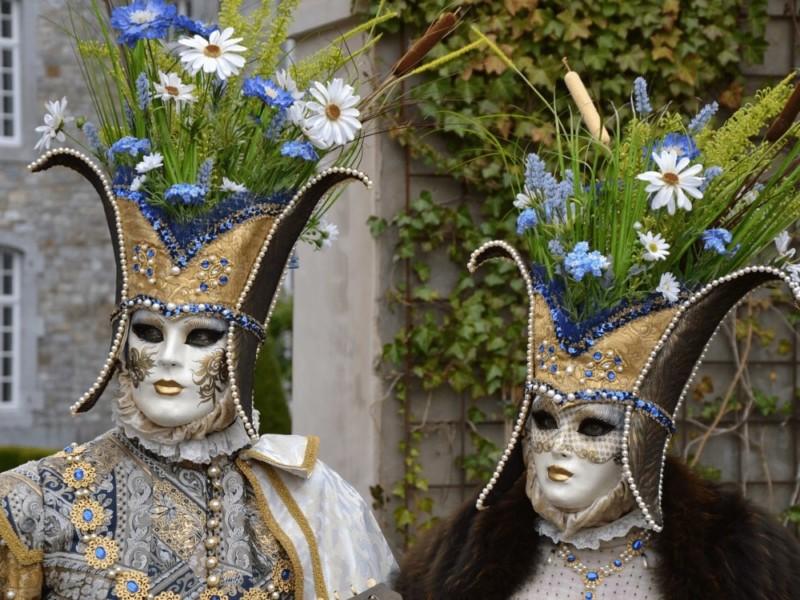 Photo des gens qui portent un costume vénitien.