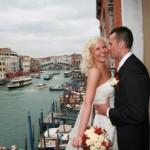 Photo d'un couple qui vient de se marier à Venise.