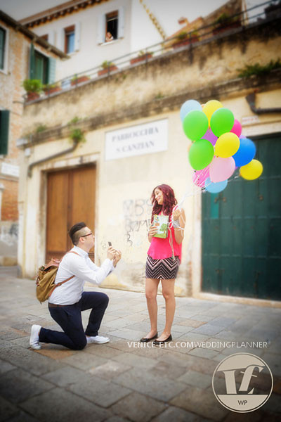 marriage proposal in fall season venice